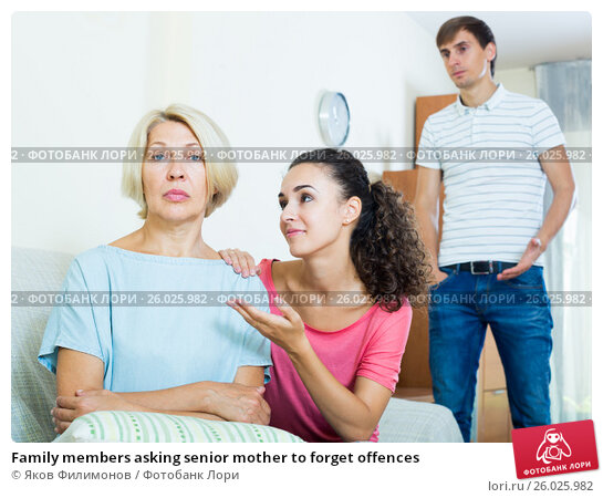 Family members asking senior mother to forget offences, фото № 26025982, снято 26 апреля 2017 г. (c) Яков Филимонов / Фотобанк Лори