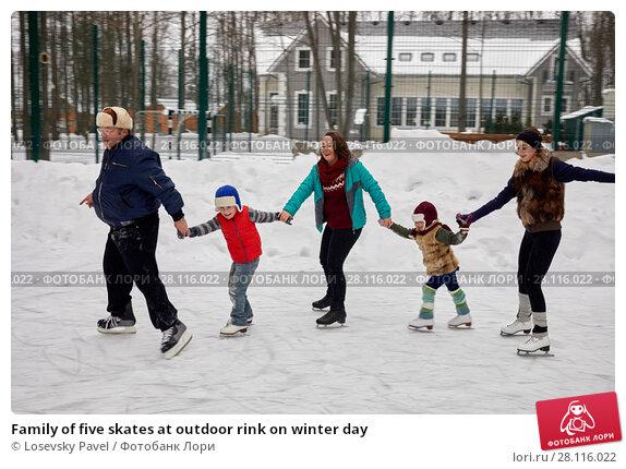 Купить «Family of five skates at outdoor rink on winter day», фото № 28116022, снято 4 февраля 2017 г. (c) Losevsky Pavel / Фотобанк Лори