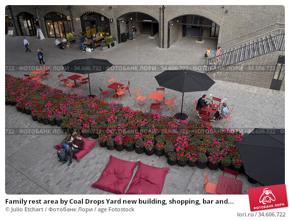 Family rest area by Coal Drops Yard new building, shopping, bar and... (2019 год). Редакционное фото, фотограф Julio Etchart / age Fotostock / Фотобанк Лори