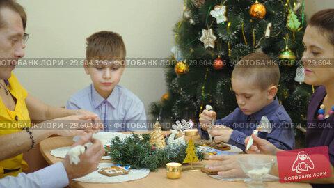 Купить «Family traditions. Decoration gingerbread house. Preparing for the holiday of Christmas», видеоролик № 29604306, снято 20 апреля 2019 г. (c) Константин Мерцалов / Фотобанк Лори