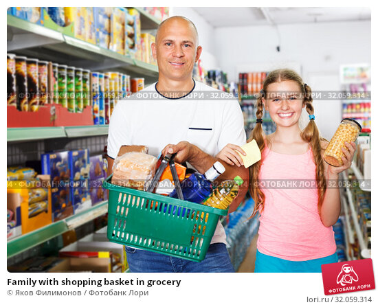 Family with shopping basket in grocery. Стоковое фото, фотограф Яков Филимонов / Фотобанк Лори