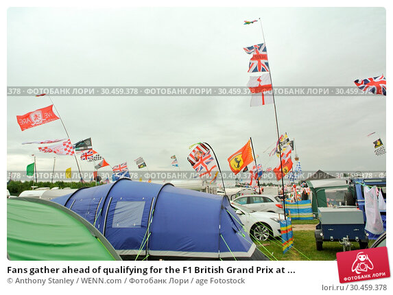 Fans gather ahead of qualifying for the F1 British Grand Prix at ... (2017 год). Редакционное фото, фотограф Anthony Stanley / WENN.com / age Fotostock / Фотобанк Лори