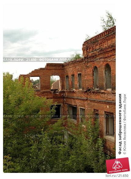 Фасад заброшенного здания, фото № 21650, снято 9 августа 2006 г. (c) Юлия Яковлева / Фотобанк Лори