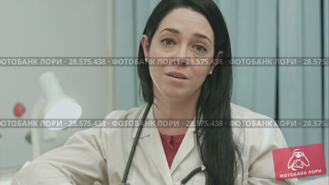 Купить «Female doctor says optimistic about results of the treatment and gives recommendations to the full convalescence», видеоролик № 28575438, снято 24 ноября 2015 г. (c) Vasily Alexandrovich Gronskiy / Фотобанк Лори