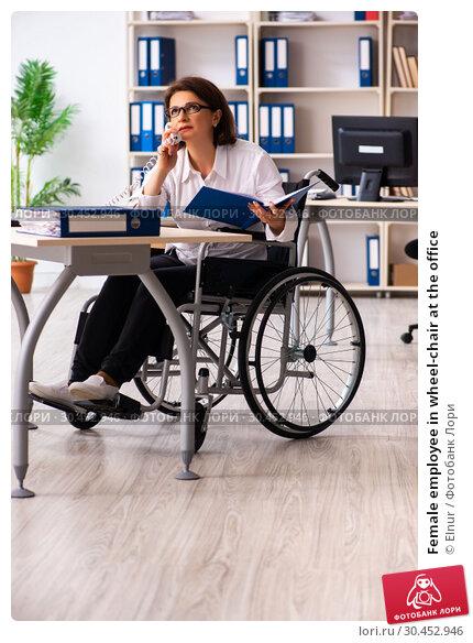 Female employee in wheel-chair at the office. Стоковое фото, фотограф Elnur / Фотобанк Лори