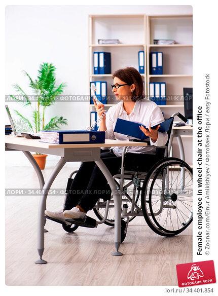 Female employee in wheel-chair at the office. Стоковое фото, фотограф Zoonar.com/Elnur Amikishiyev / easy Fotostock / Фотобанк Лори