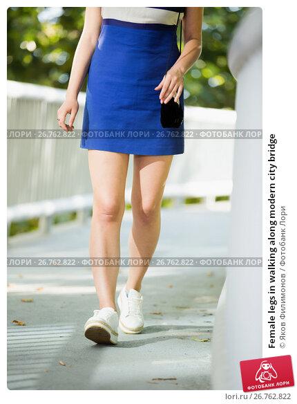 Female legs in walking along modern city bridge, фото № 26762822, снято 5 июля 2017 г. (c) Яков Филимонов / Фотобанк Лори