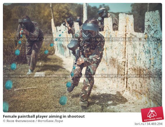 Female paintball player aiming in shootout. Стоковое фото, фотограф Яков Филимонов / Фотобанк Лори