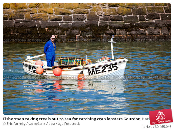 Fisherman taking creels out to sea for catching crab lobsters Gourdon Harbour Scotland UK. Стоковое фото, фотограф Eric Farrelly / age Fotostock / Фотобанк Лори
