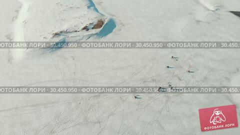 Fishermen sitting on the frozen river. Стоковое видео, видеограф Константин Шишкин / Фотобанк Лори