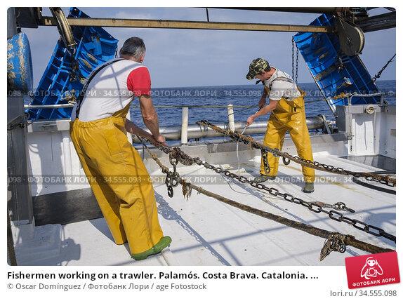 Fishermen working on a trawler. Palamós. Costa Brava. Catalonia. ... (2019 год). Редакционное фото, фотограф Oscar Domínguez / age Fotostock / Фотобанк Лори