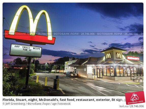 Купить «Florida, Stuart, night, McDonald's, fast food, restaurant, exterior, lit sign, golden arches,», фото № 28746006, снято 26 сентября 2017 г. (c) age Fotostock / Фотобанк Лори