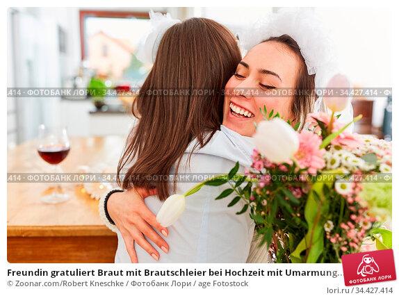 Freundin gratuliert Braut mit Brautschleier bei Hochzeit mit Umarmung... Стоковое фото, фотограф Zoonar.com/Robert Kneschke / age Fotostock / Фотобанк Лори