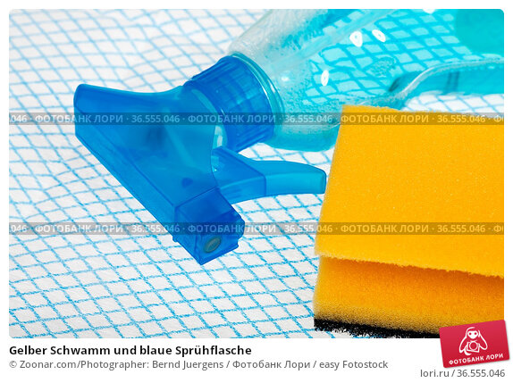 Gelber Schwamm und blaue Sprühflasche. Стоковое фото, фотограф Zoonar.com/Photographer: Bernd Juergens / easy Fotostock / Фотобанк Лори