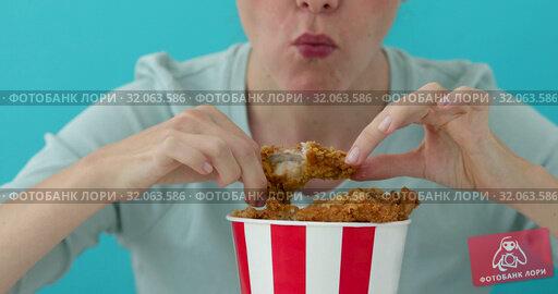 Girl eating chicken wings. Стоковое видео, видеограф Ekaterina Demidova / Фотобанк Лори