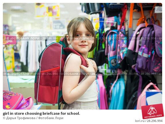 Купить «girl in store choosing briefcase for school.», фото № 28296994, снято 23 марта 2019 г. (c) Дарья Филимонова / Фотобанк Лори