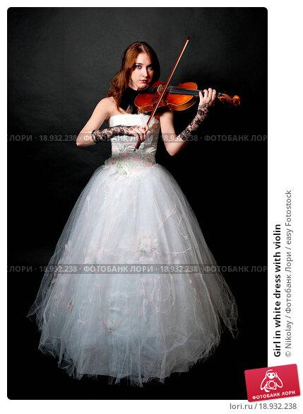 Купить «Girl in white dress with violin», фото № 18932238, снято 20 января 2020 г. (c) easy Fotostock / Фотобанк Лори