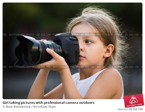 Купить «Girl taking pictures with professional camera outdoors», фото № 28163190, снято 14 ноября 2018 г. (c) Яков Филимонов / Фотобанк Лори