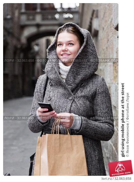 girl using mobile phone at the street. Стоковое фото, фотограф Яков Филимонов / Фотобанк Лори