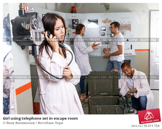 Girl using telephone set in escape room. Стоковое фото, фотограф Яков Филимонов / Фотобанк Лори