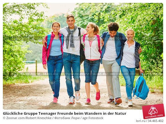 Glückliche Gruppe Teenager Freunde beim Wandern in der Natur. Стоковое фото, фотограф Zoonar.com/Robert Kneschke / age Fotostock / Фотобанк Лори