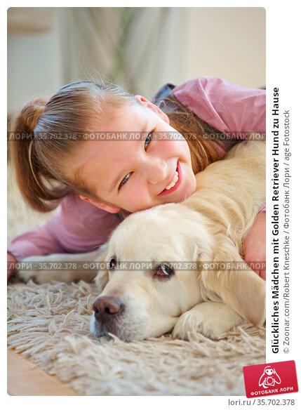 Glückliches Mädchen mit Golden Retriever Hund zu Hause. Стоковое фото, фотограф Zoonar.com/Robert Kneschke / age Fotostock / Фотобанк Лори
