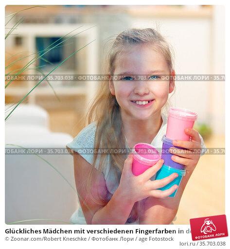 Glückliches Mädchen mit verschiedenen Fingerfarben in der Hand. Стоковое фото, фотограф Zoonar.com/Robert Kneschke / age Fotostock / Фотобанк Лори