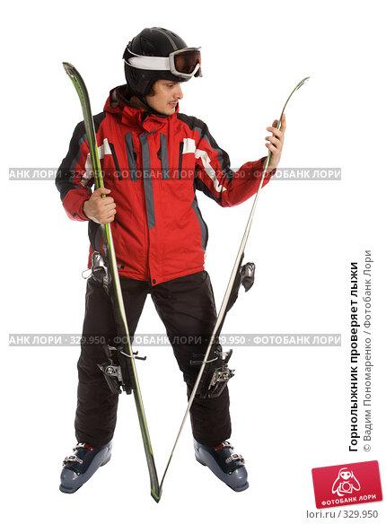 Горнолыжник проверяет лыжи, фото № 329950, снято 8 июня 2008 г. (c) Вадим Пономаренко / Фотобанк Лори