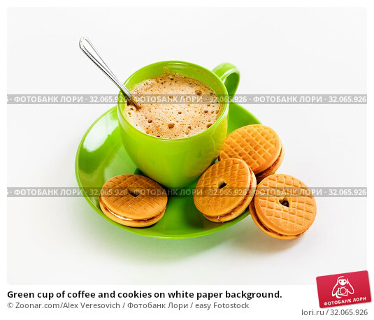 Green cup of coffee and cookies on white paper background. Стоковое фото, фотограф Zoonar.com/Alex Veresovich / easy Fotostock / Фотобанк Лори
