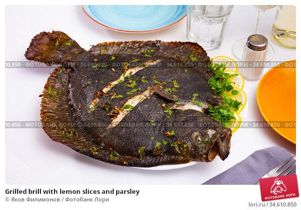 Grilled brill with lemon slices and parsley. Стоковое фото, фотограф Яков Филимонов / Фотобанк Лори