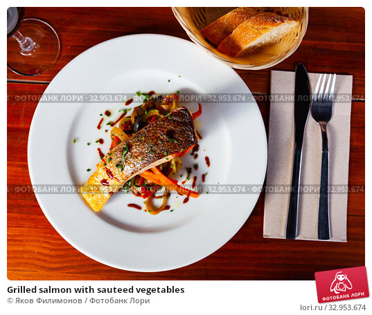 Grilled salmon with sauteed vegetables. Стоковое фото, фотограф Яков Филимонов / Фотобанк Лори
