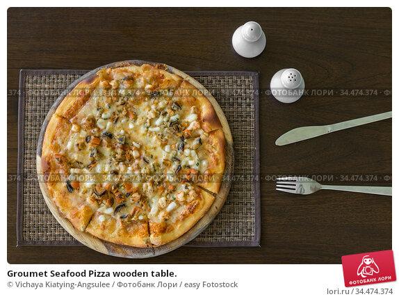 Groumet Seafood Pizza wooden table. Стоковое фото, фотограф Vichaya Kiatying-Angsulee / easy Fotostock / Фотобанк Лори