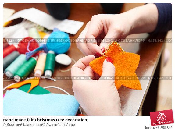 Купить «Hand made felt Christmas tree decoration», фото № 6858842, снято 20 декабря 2014 г. (c) Дмитрий Калиновский / Фотобанк Лори