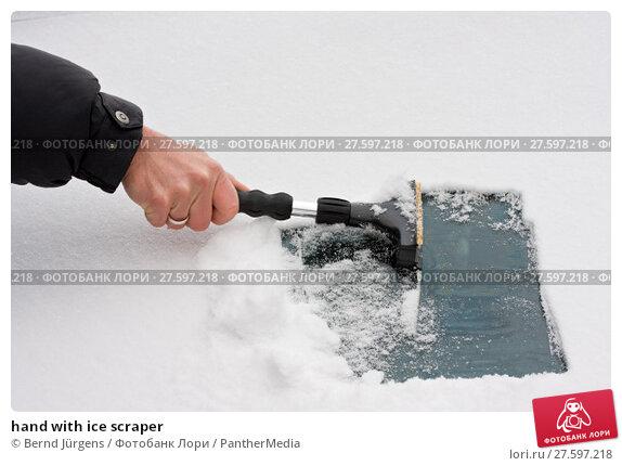 Купить «hand with ice scraper», фото № 27597218, снято 22 апреля 2019 г. (c) PantherMedia / Фотобанк Лори