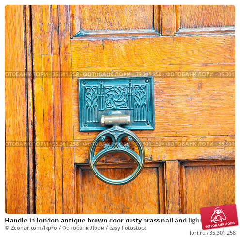 Handle in london antique brown door rusty brass nail and light. Стоковое фото, фотограф Zoonar.com/lkpro / easy Fotostock / Фотобанк Лори