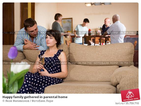 Happy family gathered in parental home. Стоковое фото, фотограф Яков Филимонов / Фотобанк Лори