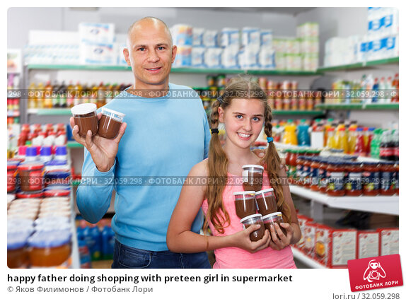 happy father doing shopping with preteen girl in supermarket. Стоковое фото, фотограф Яков Филимонов / Фотобанк Лори