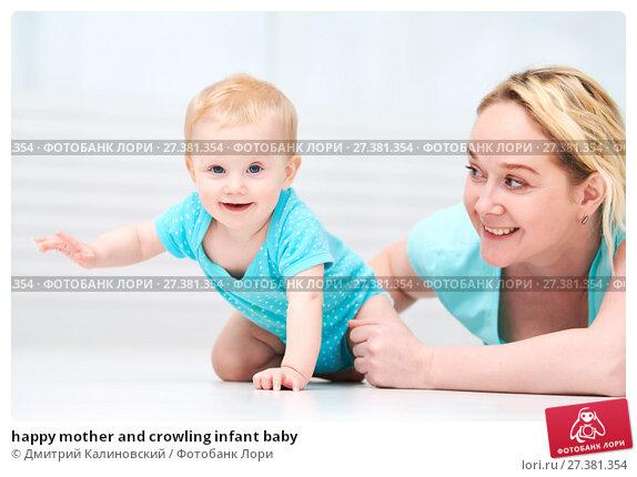 Купить «happy mother and crowling infant baby», фото № 27381354, снято 9 января 2018 г. (c) Дмитрий Калиновский / Фотобанк Лори