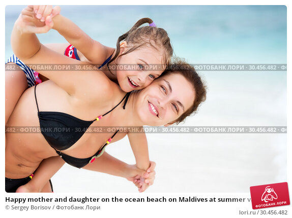 Happy mother and daughter on the ocean beach on Maldives at summer vacation. Стоковое фото, фотограф Sergey Borisov / Фотобанк Лори