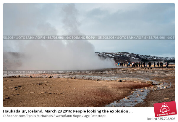 Haukadalur, Iceland, March 23 2016: People looking the explosion ... Стоковое фото, фотограф Zoonar.com/Ppalis Michalakis / age Fotostock / Фотобанк Лори
