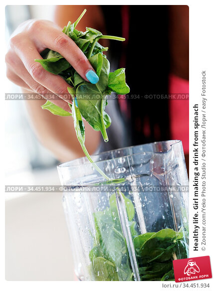 Healthy life. Girl making a drink from spinach. Стоковое фото, фотограф Zoonar.com/Yeko Photo Studio / easy Fotostock / Фотобанк Лори