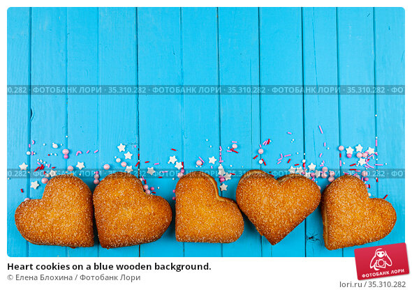 Heart cookies on a blue wooden background. Стоковое фото, фотограф Елена Блохина / Фотобанк Лори