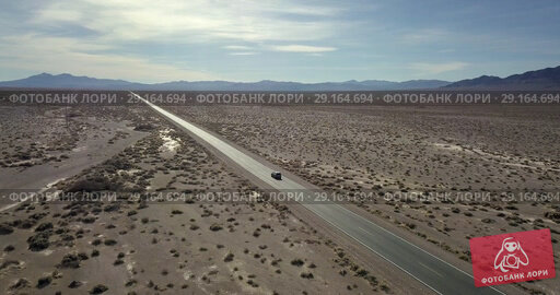 Купить «Highway with moving SUV car in Death Valley in USA», видеоролик № 29164694, снято 25 сентября 2018 г. (c) Andriy Bezuglov / Фотобанк Лори