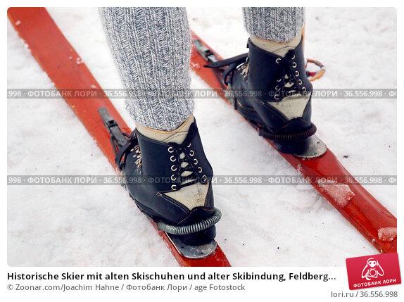 Historische Skier mit alten Skischuhen und alter Skibindung, Feldberg... Стоковое фото, фотограф Zoonar.com/Joachim Hahne / age Fotostock / Фотобанк Лори