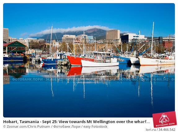Hobart, Tasmania - Sept 25: View towards Mt Wellington over the wharf... Стоковое фото, фотограф Zoonar.com/Chris Putnam / easy Fotostock / Фотобанк Лори