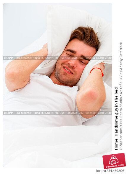 Home. Handsome guy in the bed. Стоковое фото, фотограф Zoonar.com/Yeko Photo Studio / easy Fotostock / Фотобанк Лори