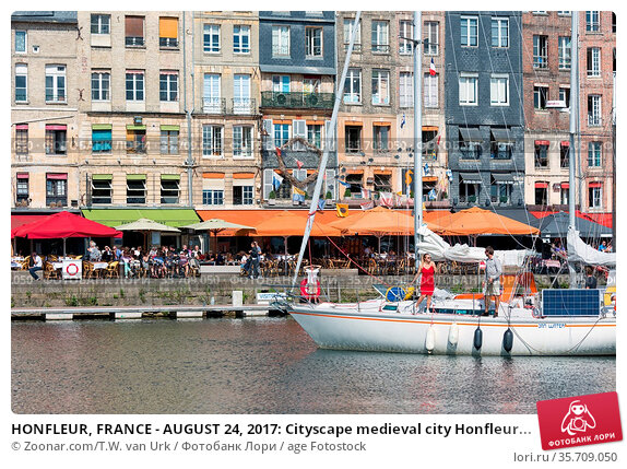 HONFLEUR, FRANCE - AUGUST 24, 2017: Cityscape medieval city Honfleur... Стоковое фото, фотограф Zoonar.com/T.W. van Urk / age Fotostock / Фотобанк Лори