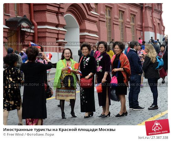 Купить «Иностранные туристы на Красной площади Москвы», фото № 27387338, снято 25 июня 2017 г. (c) Free Wind / Фотобанк Лори