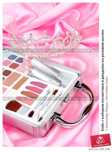 Кейс с набором косметики и диадема на розовом шелке, фото № 161194, снято 25 июня 2007 г. (c) Александр Паррус / Фотобанк Лори