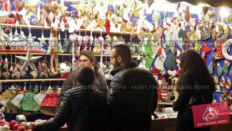 Купить «Kiosk with traditional Christmas gifts in evening.», видеоролик № 14901774, снято 30 ноября 2015 г. (c) Яков Филимонов / Фотобанк Лори